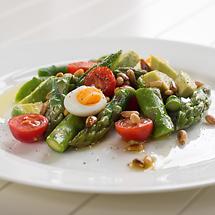 Avocado-Spargel-Salat mit Kirschtomaten und Wachteleiern