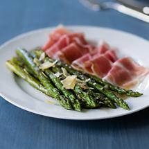 Grüner Spargel mit Parmaschinken und Parmesan