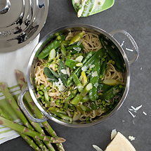 Pasta mit grünem Spargel und jungen Erbsen