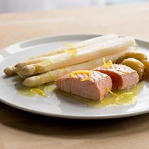 Spargel mit Lachsfilet, Pellkartoffeln und Zitronenbutter