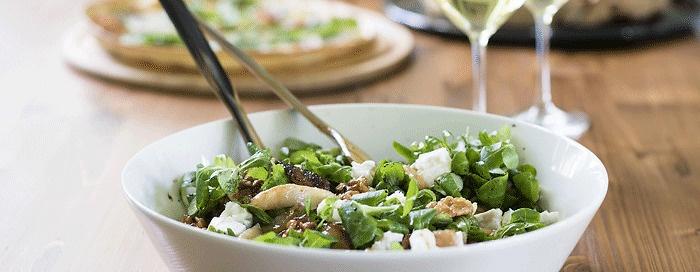 Herbstlicher Feldsalat mit karamelisierten Walnüssen, Birnen, Feigen und Ziegenkäse