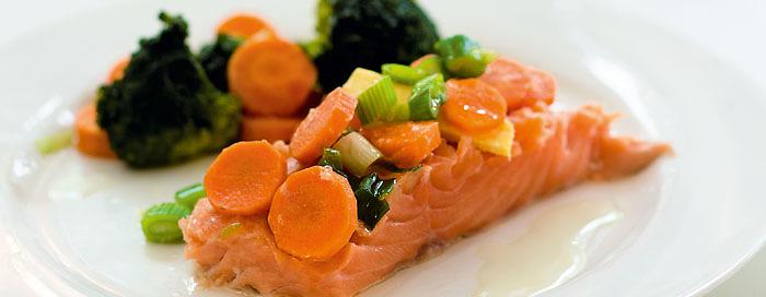 Lachsfilet mit Ingwer, Karotten und Brokkoli