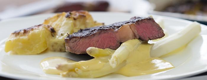 Spargel mit Entrecôte, Kartoffelgratin und Sauce Hollandaise