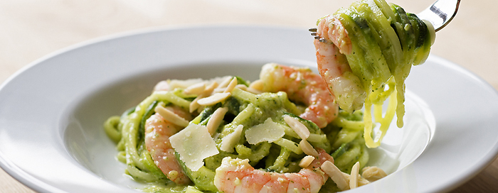 rezept zucchini nudeln mit shrimps und mandelpesto. Black Bedroom Furniture Sets. Home Design Ideas
