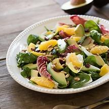 Winterlicher Salat: Babyspinat und Radicchio mit Orangen und Avocados