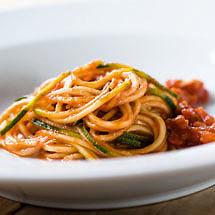 Zucchini-Spaghetti mit San Marzano Tomaten